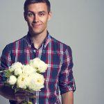 Regalar flores a un hombre, ¿es apropiado o no?
