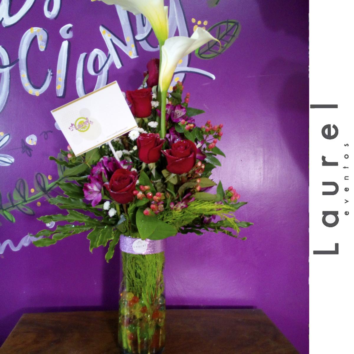 Arreglo Floral En Cilindro Rosas Y Calas Laurel Eventos