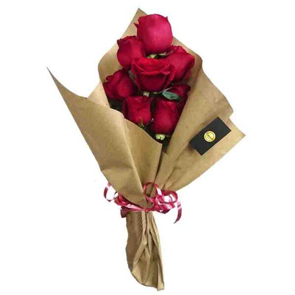 Ramillete de ocho rosas rojas papel kraft