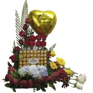 Arreglo de rosas rojas rosas coral gerberas bombones ferrero y globo personalizado