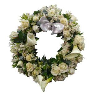 Corona Funeraria de rosas blancas y flores blancas
