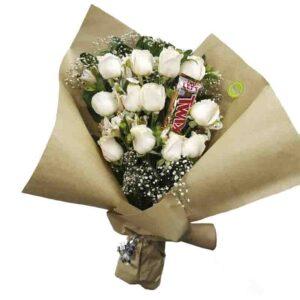 Ramillete de 12 rosas blancas y choclate