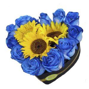Caja corazon de rosas azules y girasoles