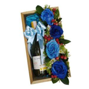 Bandeja de rosas azules con vino