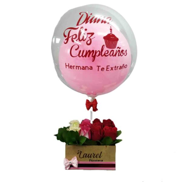 Caja de rosas variadas y globo burbuja
