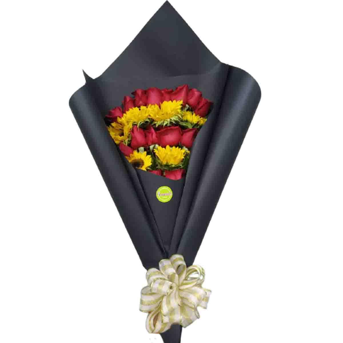 ramillete de rosas y girasoles envoltorio negro